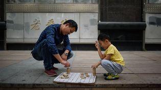 Depuis 1979, la majorité des couples chinois ne pouvait avoir qu'un seul enfant. (ED JONES / AFP)