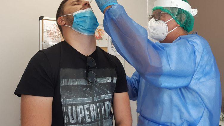 Un test de dépistage du coronavirus dans unlaboratoire à Tain-l'Hermitage (Drôme). (NATHALIE RODRIGUES / FRANCE-BLEU DRÔME-ARDÈCHE)