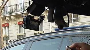 """Une """"dashcam"""" fixée sur le pare-brise d'un automobiliste. (France 2)"""
