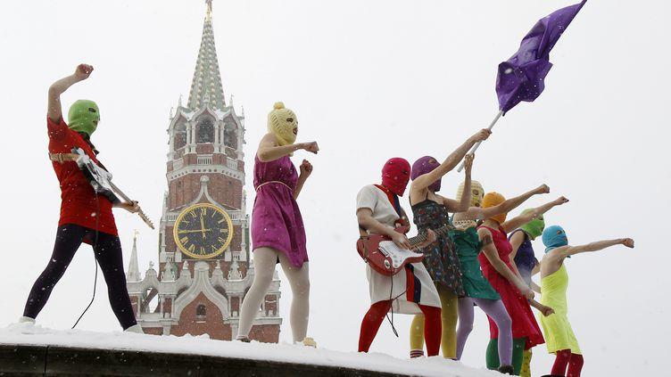 Des membres du groupe féministre Pussy Riot manifestent sur la place Rouge à Moscou, le 20 janvier 2012. (DENIS SINYAKOV / REUTERS )