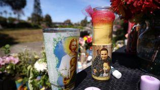 Une bougie en hommage à Mario Gonzalez, mort durant son interpellation par la police à Alameda en Californie, le 29 avril 2021. (JUSTIN SULLIVAN / GETTY IMAGES NORTH AMERICA / AFP)