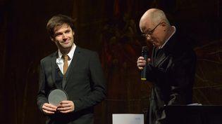 Paul Lay, lauréat du Prix Django Reinhardt, et le président de l'Académie du Jazz François Lacharme, le 8 février 2016 au Théâtre du Châtelet, à Paris  (Philippe Marchin / Académie du Jazz)
