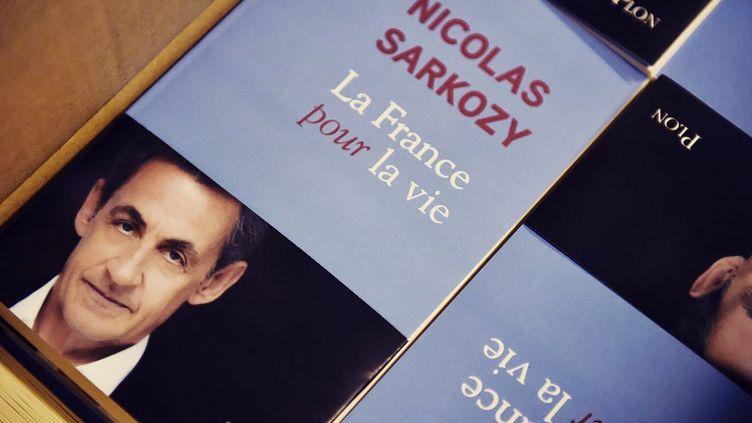 """Le livre de Nicolas Sarkozy, """"La France pour la vie"""", sort le 25 janvier 2016. (TWITTER / AFP)"""