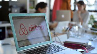 Le logo deAirbnb sur un ordinateur, dans les bureaux de la plate-forme de locations de logements entre particuliers. (MARTIN BUREAU / AFP)