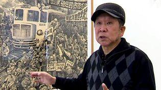 Li Kunwu et l'un de ses dessins à Clermont-Ferrand  (France 3 Culturebox capture d'écran)