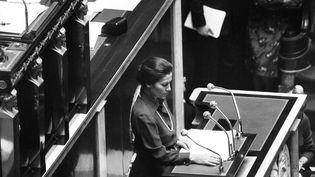 A la tribune de l'Assemblée nationale, Simone Veil lit son discours avant le débat sur la dépénalisation de l'avortement, le 26 novembre 1974. (AFP)
