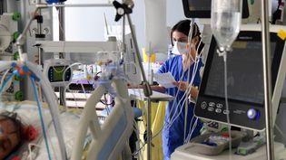 Une unité de réanimation à l'hôpital Ambroise Paré à Boulogne-Billancourt (Hauts-de-Seine), le 8 mars 2021. (ALAIN JOCARD / AFP)