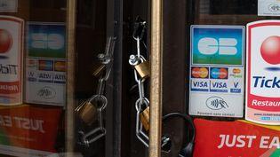 Un bar restaurant fermé à Paris, le 25 novembre 2020. (RICCARDO MILANI / HANS LUCAS / AFP)