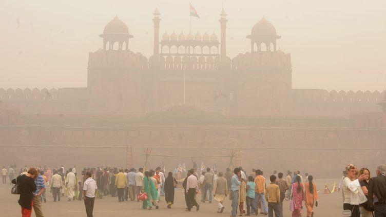 Un nuage de pollution enveloppe New Delhi (Inde), le 7 novembre 2009. (RAVEENDRAN / AFP)