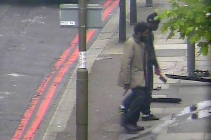Les deux hommes, sur un enregistrement d'une caméra de surveillance, le 22 mai 2013 à Londres, après le meurtre d'un soldat britannique. (METROPOLITAN POLICE / AFP)