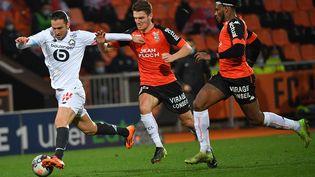 Yusuf Yazici (Lille) devant le Lorientais Julien Laporte, lors du dernier match entre les deux équipes, le 21 février. (LOIC VENANCE / AFP)