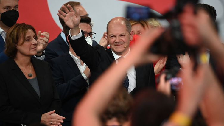 Olaf Scholz adresse un signe de la main à son épouse Britta Ernst lors de la soirée électorale du SPD à Berlin le 26 septembre 2021. (BRITTA PEDERSEN / DPA)
