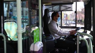 Les chauffeurs de bus font partie des professions prioritaires pour la vaccination contre le Covid-19 et dont la liste a été publiée mardi 20 avril 2021. Photo d'illustration. (ALAIN JOCARD / AFP)
