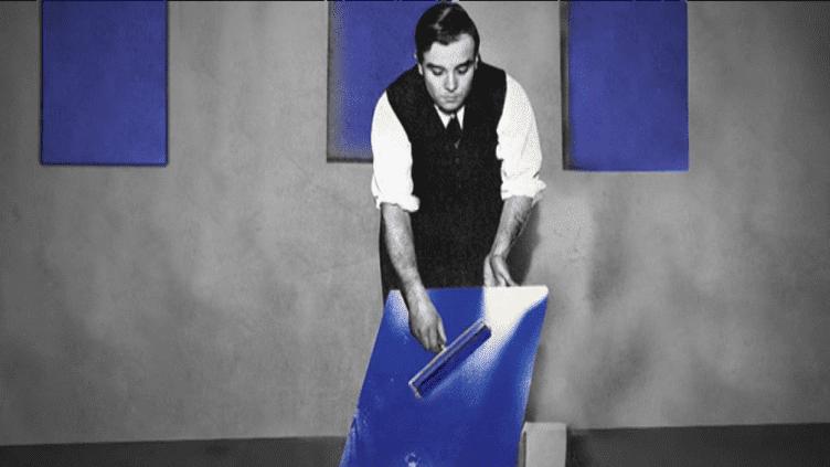 Yves Klein et son bleu.  (Succession Yves Klein c/o ADAGP Paris, 2018)