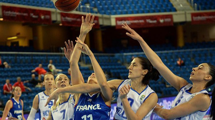 Ana Cata-Chitiga malmenée par la défense grecque