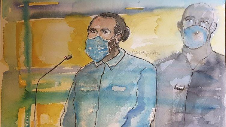 Un croquis lors du procès de l'attentat déjoué du Thalys en août 2015, réalisé le 16 novembre 2020 au Palais de justice de Paris, montrant Ayoub El Khazzani. (ELISABETH DE POURQUERY / AFP)