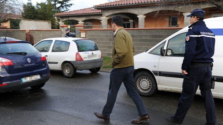 Des gendarmes postés à Pinsaguel (Haute-Garonne) devant la maison d'un des adolescents récupérés en Turquie, après avoir voulu partir en Syrie pour participer au conflit. (ERIC CABANIS / AFP)