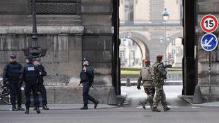 Les forces de l'ordre déployées près du Louvre à Paris, vendredi 3 février, après l'agression des militaires de de l'opération Sentinelle. (ALAIN JOCARD / AFP)