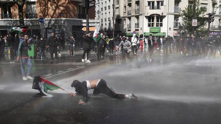 Un manifestant à terre à Paris, lors d'un rassemblement en faveur des Palestiniens interdit par les autorités, le 15 mai 2021. (GEOFFROY VAN DER HASSELT / AFP)