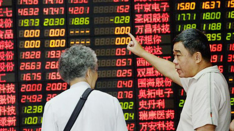 Les valeurs des entreprises cotées à la bourse de Shanghai, le 1er juillet 2015. (AFP)