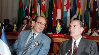 Jacques Chirac, Premier ministre et François Mitterrand, président de la République, en période de cohabitation, ici à Lomé (Togo), le 14 novembre 1986. (DANIEL JANIN / AFP)