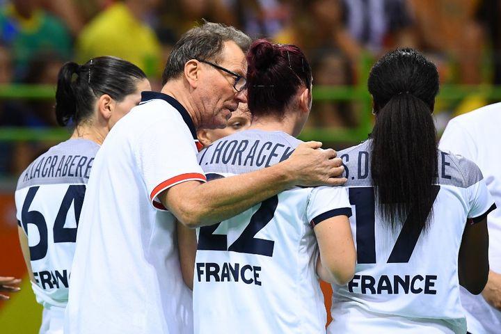 Krumbholz et ses joueuses  (FRANCK FIFE / AFP)
