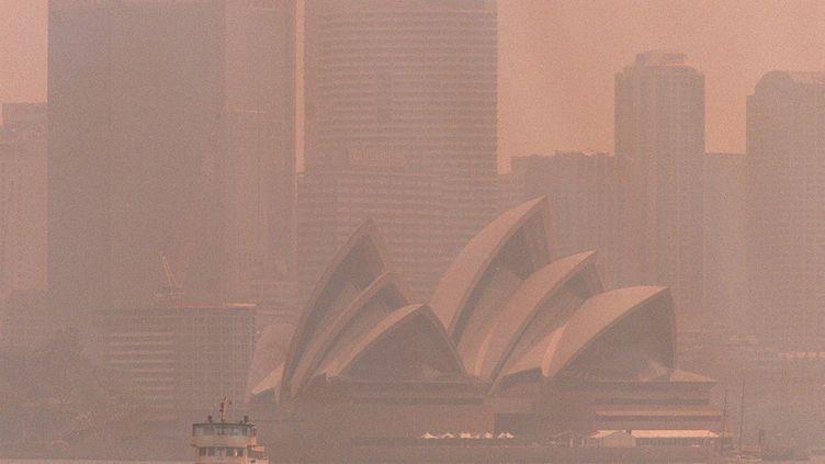 Un des plus gros pics de pollution à Sydney, en Australie, après des feux de forêts, en 1997. (WILLIAM WEST / AFP)
