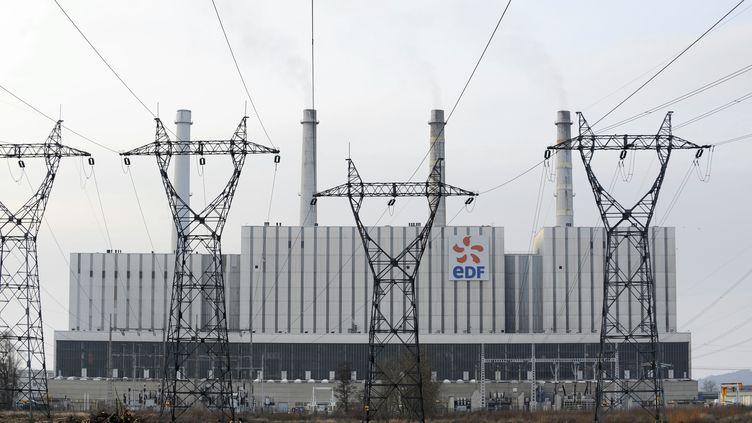 Des lignes à haute tension accueillent les visiteurs de lacentrale thermique de Blénond-lès-Pont-à-Mousson (Meurthe-et-Moselle), le 21 mars 2013. (JEAN-CHRISTOPHE VERHAEGEN / AFP)