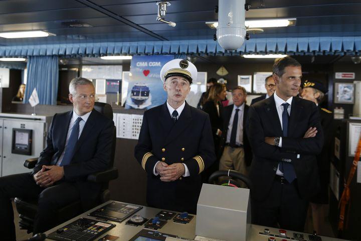 """Le ministre de l'Economie, Bruno Le Maire (à gauche), le commandant du porte-conteneurs """"Antoine de Saint Exupéry"""", Pierre Jaspard (au centre), et le président-directeur général de l'entreprise CMA CGM, Rodolphe Saadé (à droite) durant l'inaguration du navire, le 6 septembre 2018 au Havre (Seine-Maritime). (CHARLY TRIBALLEAU / AFP)"""