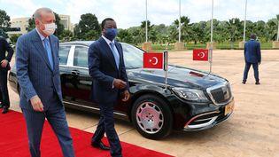 Le président turc Recep Tayyip Erdogan, accueilli à Lomé par le président togolais Faure Gnassingbé, le 19 octobre 2021. Cette nouvelle tournée en Afrique du président turc a commencé par l'Angola et se terminera par le Nigeria. (MURAT CETINMUHURDAR / TURKISH PRESIDENTIAL PRESS SERVI)