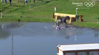 LeThaïlandais Arinadtha Chavatanont et son cheval Boleybawn Prince ont terminé dans l'eau, lors de l'épreuve du cross country du concours complet. (franceinfo: sport)