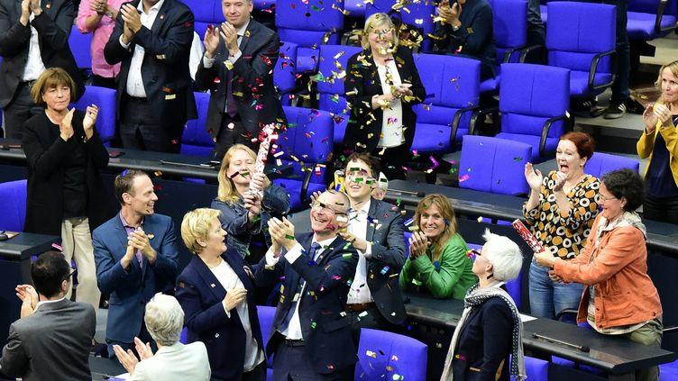 Des députés allemands célèbrent le vote sur le mariage pour tous au Bundestag, à Berlin (Allemagne), vendredi 30 juin 2017. (TOBIAS SCHWARZ / AFP)