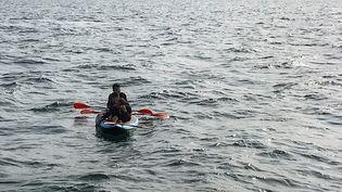 Trois migrants tentent de traverser la Manche, à bord d'un canoë, en août 2018. (STR / AFP)