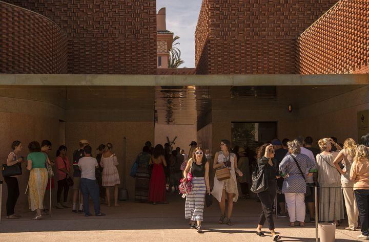Touristes à l'entrée du musée Yves Saint Laurent de Marrakech, le 19 octobre 2017  (Fadel Senna / AFP)