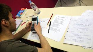 Un étudiant révise son BAC à Montbéliard en Franche-Comté. (LIONEL VADAM / MAXPPP)