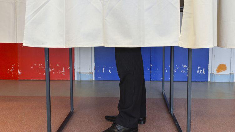 Un homme vote au Mans (Sarthe) pour les élections départementales, le 22 mars 2015. (FRANÇOIS NAVARRO / CITIZENSIDE / AFP)