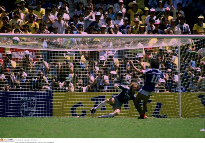 Michel Platini manque son penalty face au Brésil, en quart de finale de la Coupe du monde, le 21 juin 1986 à Guadalajara (Mexique). (AI PROJECT / X06515 / REUTERS)