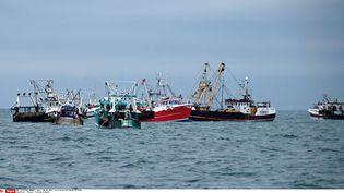 Des bateaux de pêche français encerclent des navires britanniques pour les empêcher de pêcher dans la Manche au large du Havre (Seine-Maritime), le 8 octobre 2012. (PIERRE GUILLAUME / SIPA)