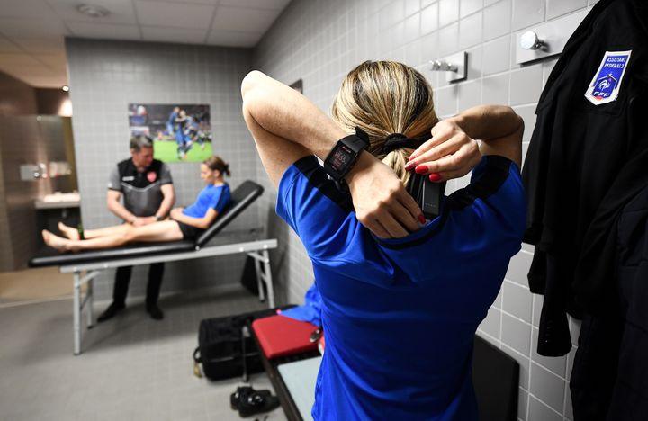 Les vestiaires arbitres dont profitent Mmes Frappart et Nicolosi sont spacieux, au stade du Hainaut, à Valenciennes (FRANCK FIFE / AFP)
