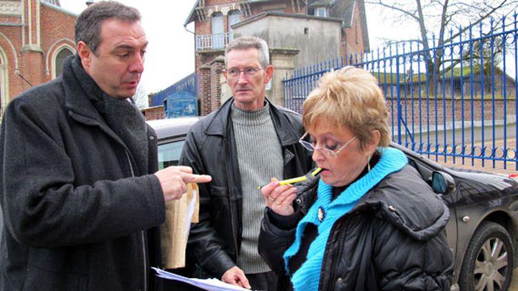 FreddyGrzezizak, élu Debout la République, Didier et Maryvonne Bouton, militants font un point dans leur chasse aux signatures, à St Simon (Aisne) le 28 novembre 2011. (Salomé LEGRAND / FTVi)