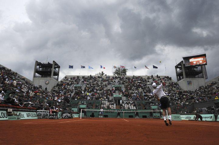 Tomas Berdych sert alors que des nuages de pluie approchent de Roland-Garros le 30 mai 2010 à Paris. (BORIS HORVAT / AFP)