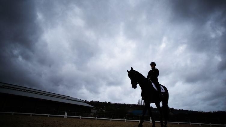 Un cavalier lors d'un exercice (illustration). (CHARLY TRIBALLEAU / AFP)