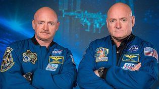 Les astronautes Mark et Scott Kelly sur une photo récemment diffusée par la Nasa. (ROBERT MARKOWITZ / NASA / AFP)