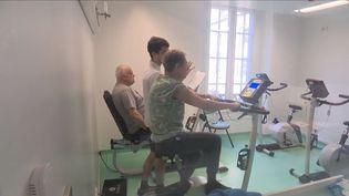 Pour mieux vivre avec une maladie chronique, les médecins recommandent de faire du sport.  (FRANCE 3)