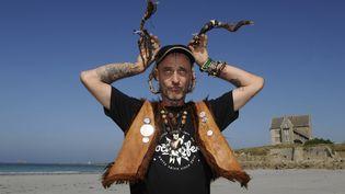 """Loran, guitariste et chanteur du groupe """"Les Ramoneurs de Menhirs""""  (PHOTOPQR/OUEST FRANCE)"""