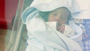 L'histoire d'un miracle : un bébé est né pendant l'explosion dans un hôpital de Beyrouth (Liban) situé près du port. Le père a filmé l'accouchement dans des conditions dantesques. Toute la famille se porte bien. (France 2)