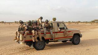 Une patrouille de l'armée nigérienne dans l'est du Niger, le 21 juin 2016. (LUC GNAGO / Reuters)