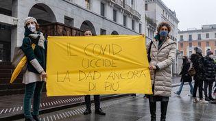 Des étudiants et des professeurs protestent contre l'enseignement à distance, le 21 janvier 2021, àBrescia, en Italie. (STEFANO NICOLI / NURPHOTO / AFP)