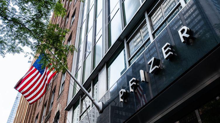 Le siège de l'entreprise pharmaceutique Pfizer, à New York (Etats-Unis), le 22 juillet 2020. (JEENAH MOON / GETTY IMAGES NORTH AMERICA / AFP)