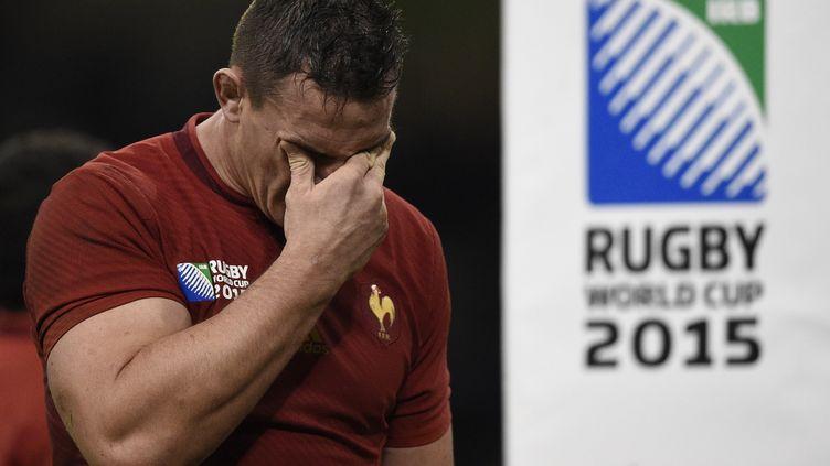 Le joueur du XV de FranceLouis Picamoles pleure après sa défaite face aux All Blacks le 17 octobre 2015 à Cardiff (Grande-Bretagne),lors de la coupe du monde de rugby. (FRANCK FIFE / AFP)